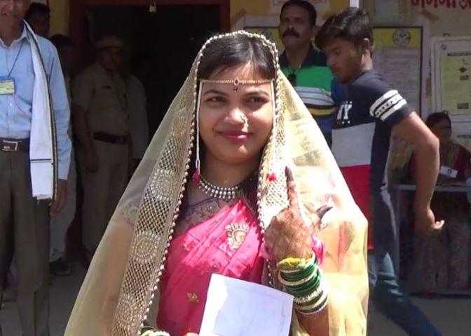 आधी लग्न लोकशाहीचं...मुंडावळ्या बांधून नवरी मतदानाला!