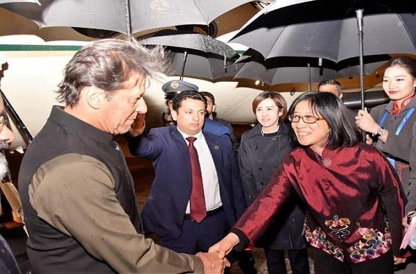 चीनमध्ये इम्रान खानच्या स्वागताला उपमहापौर, पाकिस्तानी भडकले