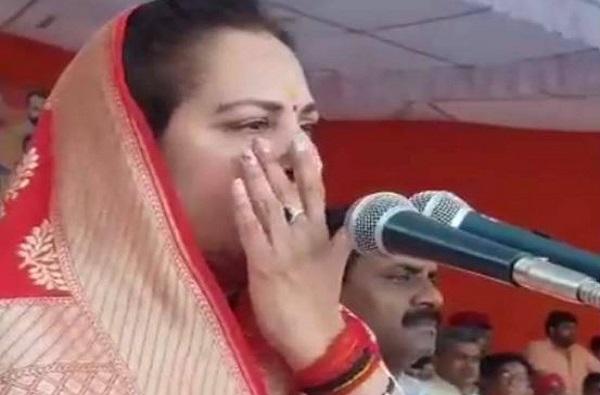when jaya prada breaks down on stage, जाहीर सभेत जया प्रदांना रडू कोसळलं