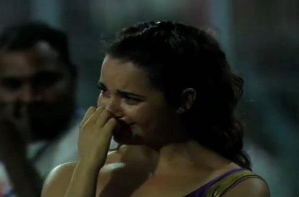 मॅच हरल्याने चिअर लीडर भर मैदानात रडली