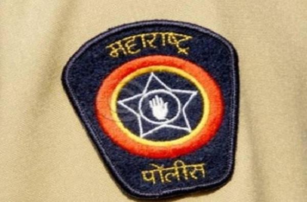 Mumbai Police without helmet breaking signal mobile talking while driving video goes viral of police, VIDEO: दुचाकीस्वार : साहेब हेल्मेट कुठाय?, तू कोण विचारणार, चल पुढं…उद्दाम पोलिसाची मग्रुरी