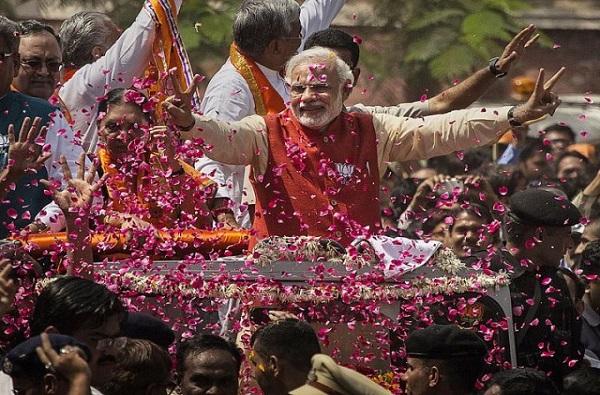 LIVE - वाराणसीत पंतप्रधान नरेंद्र मोदींचा भव्य रोड शो