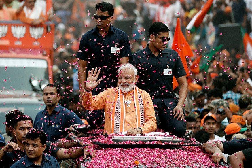 varanasi modi road show, वाराणसीत मोदी लाट, पंतप्रधान मोदींच्या रोड शोला तुफान गर्दी