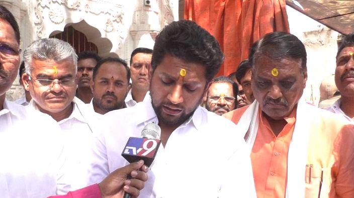 sujay vikhe nagar south, उमेदवारी अर्ज भरताना आई-वडिलांची अनुपस्थिती, सुजय विखे गहिवरले