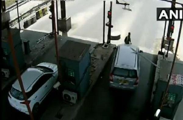 VIDEO : टोल कर्मचाऱ्याला बोनेटवर बसवून 6 किमी फरफटत नेलं!