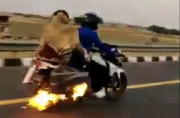 VIDEO : बाईकला बांधलेल्या पिशवीला आग, 4 किमी बर्निंग बाईकचा थरार