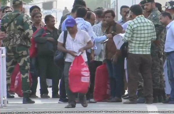 पाकिस्तानकडून 100 भारतीय कैद्यांची सुटका, वाघा बॉर्डरवर मायदेशात पहिलं पाऊल