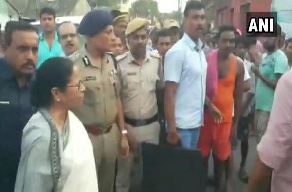 VIDEO : 'जय श्री राम'च्या घोषणेमुळे ममता बॅनर्जी चिडल्या, गाडीतून उतरुन लोकांवर धावल्या