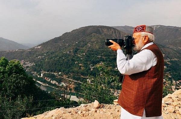 PM Narendra Modi used digital camera and e-mail in 1988, मोदी म्हणाले 1988 मध्ये कॅमेऱ्याने फोटो काढून ई – मेल केला, सोशल मीडियावर ट्रोल