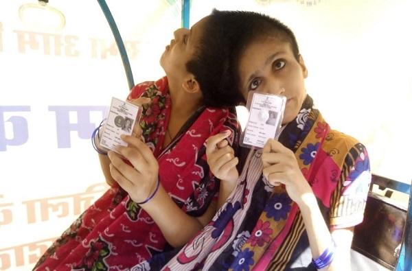 Saba and Farah the conjoined sister of Patna, आधी एक, आता दोन मतं, जन्मत: डोक्याने जोडलेल्या बहिणींनी हक्क बजावला!