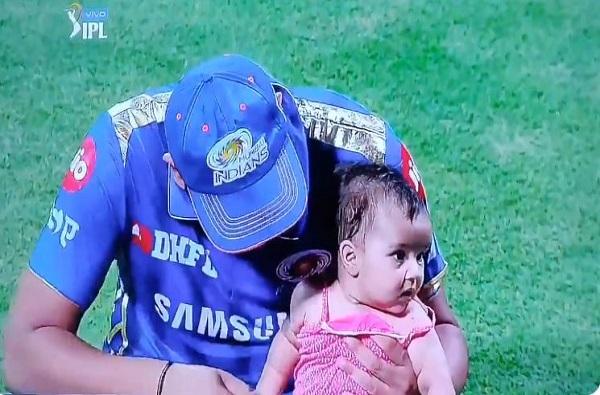 Mumbai Indians Shares Rohit Sharma Cute Family Picture With Wife Ritika Sajdeh and Daughter Samaira, अर्धशतक लेकीला समर्पित, रोहित शर्माच्या लेकीचे गोड फोटो