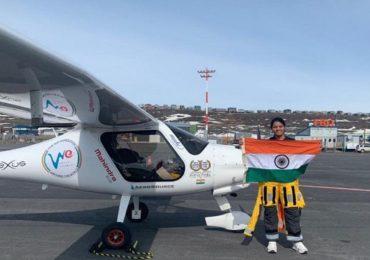 Air Hostess Pilot sacked, विमानात एअर हॉस्टेसचे पायलटसोबत गुटरगू, 'स्पाईसजेट'कडून हकालपट्टी