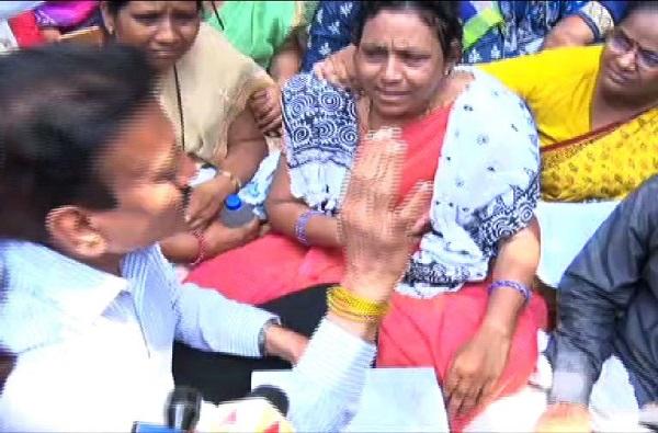 Payal Tadvi suicide case : कुटुंबीय म्हणाले ही तर हत्या, महाजन म्हणाले दोषींना सोडणार नाही!