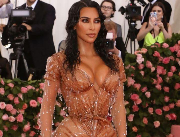 PHOTO : ग्रँड इव्हेंटपेक्षा किम कार्दिशियनच्या ड्रेसकडेच सर्वांच्या नजरा