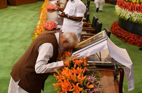 , भाषणापूर्वी मोदी संविधानासमोर नतमस्तक, 353 खासदार उठून पाहत राहिले