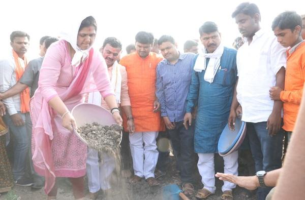 Pankaja munde work with farmers, भरउन्हात डोक्यावर टोपलं, दुष्काळ दौऱ्यात पंकजा मुंडेंचं श्रमदान