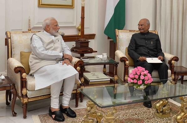 PM Narendra modi resignation, पंतप्रधान मोदींचा राजीनामा राष्ट्रपतींकडे सुपूर्द