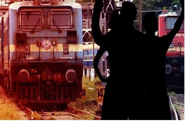 रेल्वे ट्रॅकवर सेल्फीचा प्रयत्न, रेल्वेने तिघांना उडवले