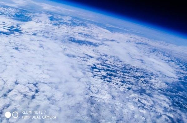VIDEO : फुग्याला बांधून स्मार्टफोन पाठवला, redmi note 7 ने आकाशातून फोटो टिपला