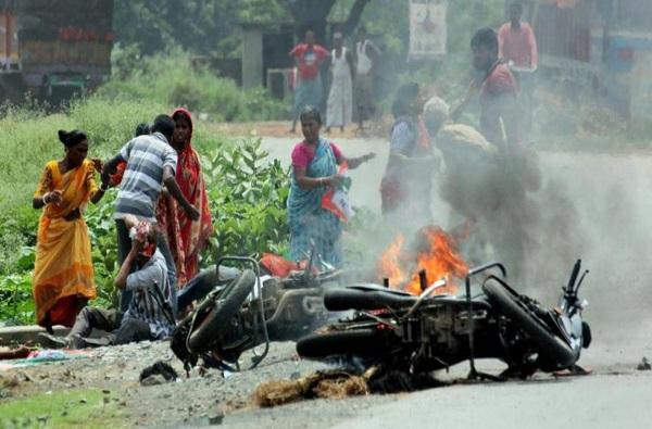 west bengal violence, कुठे पेट्रोल बॉम्ब फेकले, तर कुठे हाणामारी, पश्चिम बंगालमध्ये मतदानावेळी हिंसाचार